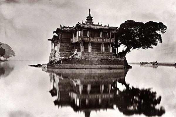 紐約亞洲藝術週「早期中國攝影精品展」展品:約翰‧湯姆森(John Thomson),《島嶼之塔》(Island Pagoda),出自《福州與閩江》(Foochow and the River Min),攝於約1873年,碳素印相。(Courtesy of the Stephan Loewentheil Historical Photography of China Collection)