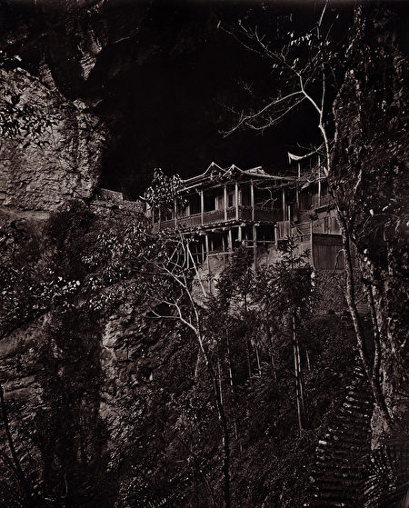 约翰·汤姆森(John Thomson),《圆福岩寺》(Yuen-Fu Monastery Cave,音译),出自《福州与闽江》(Foochow and the River Min),1873年,碳素印相。(Courtesy of the Stephan Loewentheil Historical Photography of China Collection)