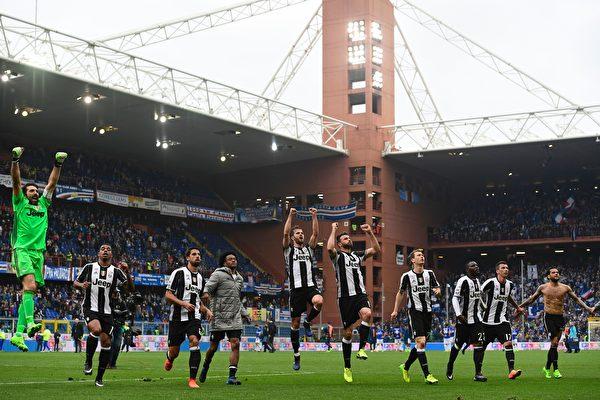 尤文圖斯客場1-0小勝桑普多利亞,領先排名第二的羅馬8分,領跑積分榜。 (MIGUEL MEDINA/AFP/Getty Images)