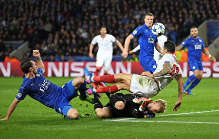 莱斯特城历史上首次欧冠之旅即闯入八强。图为双方在门前拼抢瞬间。(Laurence Griffiths/Getty Images)