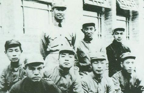"""邓小平连襟乐少华(前排左一)在""""三反""""运动中被批判后自杀。(公共领域)"""
