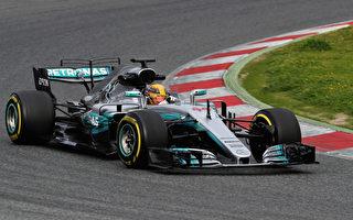 英国车手汉密尔顿驾驶梅赛德斯赛车在赛季前测试中。(Mark Thompson/Getty Images)