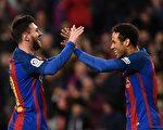 梅西兩傳兩射,助巴薩大勝對手。圖為梅西(左)和內馬爾擊掌慶祝進球。 (LLUIS GENE/AFP/Getty Images)