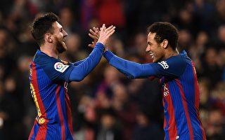 梅西两传两射,助巴萨大胜对手。图为梅西(左)和内马尔击掌庆祝进球。 (LLUIS GENE/AFP/Getty Images)