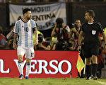 队长梅西(左)因辱骂裁判,赛后被追罚停赛四场,给阿根廷队造成巨大打击。 (JUAN MABROMATA/AFP/Getty Images)