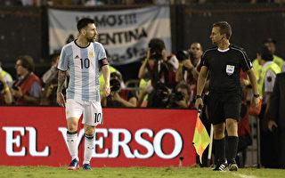 隊長梅西(左)因辱罵裁判,賽後被追罰停賽四場,給阿根廷隊造成巨大打擊。 (JUAN MABROMATA/AFP/Getty Images)