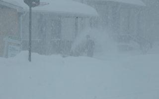 周二(3月14日),随着巨大的冬季风暴带来严重降雪,美国东北部地区包括纽约州、新泽西及马里兰州都宣布进入紧急状态。图为纽约上州大雪。(戴兵/大纪元)