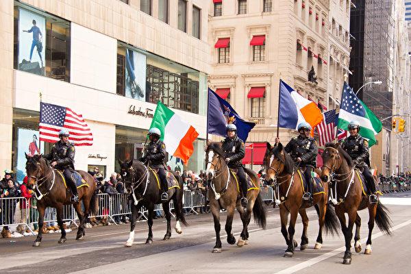 紐約第五大道舉行全美最大的聖派翠克遊行。除了很多愛爾蘭的朋友慶祝他們的節日,許多世界各地的遊客也聚集於此慶祝這傳統的節日。(戴兵/大紀元)