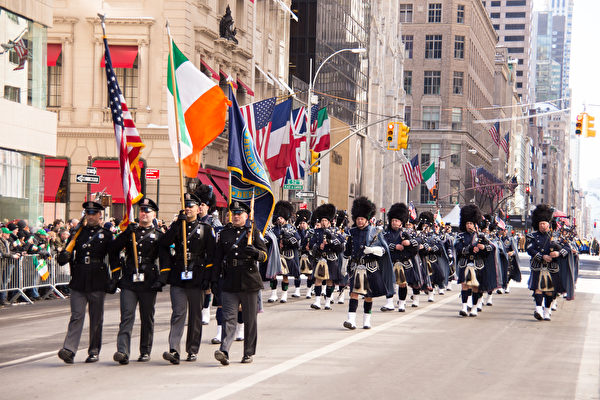 紐約第五大道舉行聖派翠克大遊行。這是全美國最大的聖派翠克遊行。除了很多愛爾蘭的朋友慶祝他們的節日,許多世界各地的遊客也聚集在這裡慶祝這傳統的節日。(戴兵/大紀元)