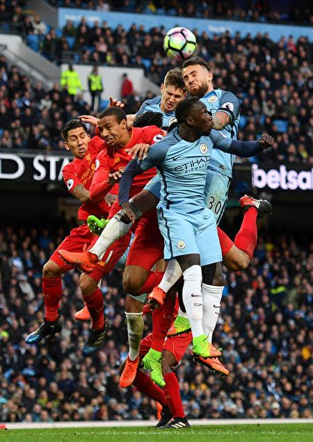 曼城在主场1-1同利物浦握手言和。图为双方球员争顶瞬间。 (Michael Regan/Getty Images)