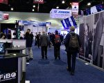 """今年美国光学学会在洛杉矶会展中心举办的""""光纤通讯大会"""",估计将吸引上万人次拜访,活动将持续到周四(23日)为止。(刘宁/大纪元)"""