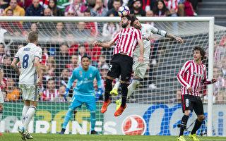 皇马客场2-1击败毕尔巴鄂竞技,少赛一场,以两分优势领跑西甲积分榜。图为双方门前争顶瞬间。 (Juan Manuel Serrano Arce/Getty Images)