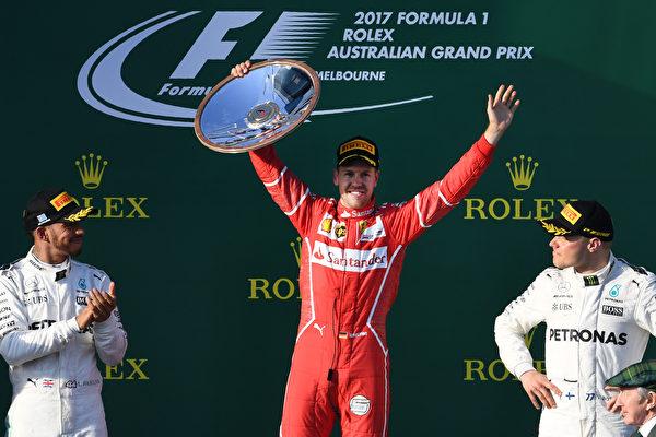 F1新赛季澳洲站,法拉利车队的维特尔(夺冠),梅赛德斯车队的汉密尔顿(左)和博塔斯分列第二、第三位。(WILLIAM WEST/AFP/Getty Images)