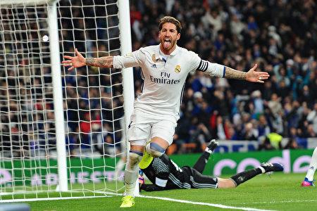 队长拉莫斯在比赛最后时刻,再次打进关键进球,助皇马2-1逆转对手。 (Denis Doyle/Getty Images)