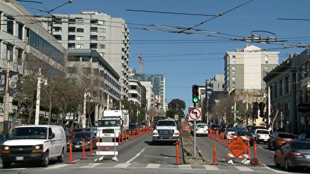 Van Ness快速公交项目将在马路中央划出2英里长的公交专用车道。(林骁然/大纪元)