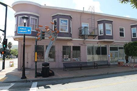 利蘭街5號是恰好在兩街夾角的粉色外牆店面,其另一側在海岸大道的位置是2400號。(李霖昭/大紀元)