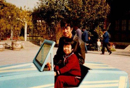 童年的王晓丹和父亲王治文(王晓丹提供)
