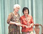 哈里斯郡首位亚裔女法官Theresa Chang(张文华)获颁女性选民联盟的奖状。(新唐人电视截图)