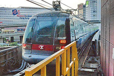 已连续7年加价的港铁,今年首次冻结票价,又会在今年中起6个月,向使用八达通的乘客提供每程97折的优惠,变相减车费。(大纪元资料图片)