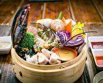 """纽约""""食客""""的竹笼海鲜蔬菜荟让顾客可以直接品味最鲜甜原味。(Bill Xie/大纪元)"""