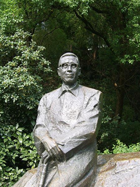 西湖边的潘天寿雕像。(公有领域)