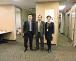 人力中心行政总监李康诚(中)表示,双语人才需求大。右为联合健保代表,左为道明银行代表。 (林丹/大纪元)