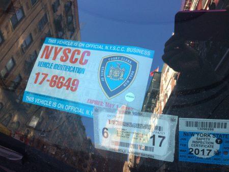 唐人街的特权停车,主要是警察局、地检办、法庭、监狱等司法机构,图为法庭工作人员的特权停车证,放在挡风玻璃内侧。