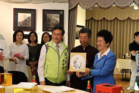 现场举办摸彩,奖品是王宏一老师的画作,吸引大批艺术爱好者来观赏。(李撷璎/大纪元)