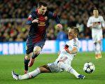 巴塞罗那队的梅西在2013年的冠军杯中对AC米兰队突破 (Quique Garcia/AFP/Getty Images)