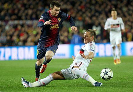 巴塞羅那隊的梅西在2013年的冠軍杯中對AC米蘭隊突破 (Quique Garcia/AFP/Getty Images)
