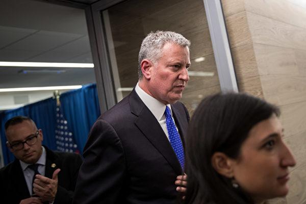 摆脱了指控的白思豪,连任市长的可能性很大。 (Drew Angerer/Getty Images)