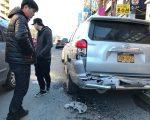 Paul(左)的車被撞得變形,但他幸慶自己躲過了兩劫。 (林丹/大紀元)