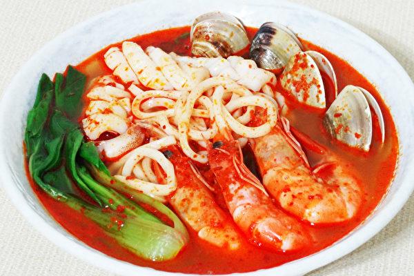 红通通香辣的炒码面是韩国的国民美食料理。(摄影:彩霞/大纪元)