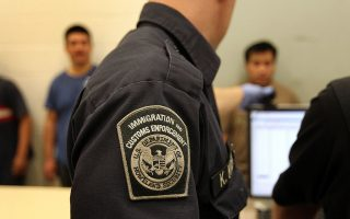 律师说,无证移民在遇到警察、移民执法人员或边境执法人员的情况下,有权保持沉默。 (John Moore/Getty Images)
