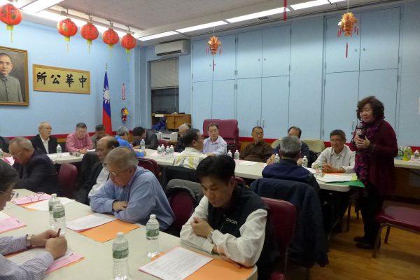 華僑學校校長王張令瑜(右)在中華公所的常務會議上,向校董們作校務簡報。 (蔡溶/大紀元)