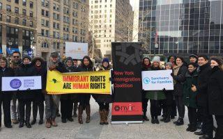 13日,多個提供免費法律援助的移民團體在曼哈頓集會,呼籲紐約州府和市府能增加撥款。 (安心╱大紀元)