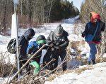2月20日,一家人从美国徒步进入加拿大魁北克省,申请难民庇护。(加通社)