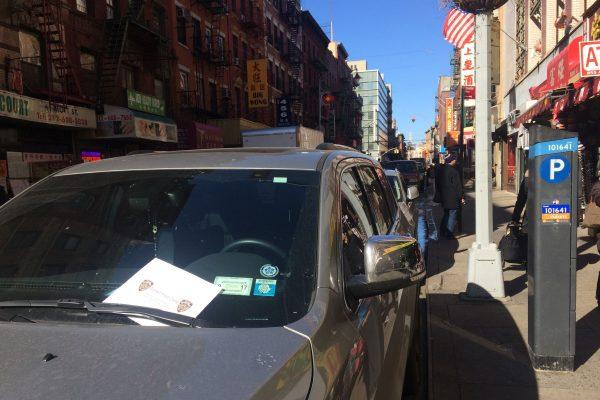 昨日下午,一辆法庭的特权车停在停车收费表前,被5分局开了一警告单,夹在挡风玻璃上。 (蔡溶/大纪元)