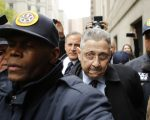 蕭華(中)在去年5月被判入獄12年,但他成功地讓自己一直待在監獄之外,已經快一年之久了。 (Eduardo Munoz Alvarez/Getty Images)