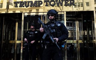 从选举日开始,川普大楼一直处于重度保卫下。 (AFP)