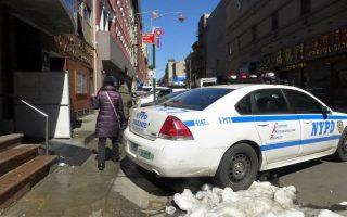 上週大雪過後,伊麗莎白街改為斜式泊車,一半車尾上了人行道,令華僑學校校門口,更顯擁堵。 (蔡溶/大紀元)