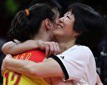 2016年8月,郎平(右)带领中国女排摘的奥运会金牌后,和队员拥抱。 (Photo by Buda Mendes/Getty Images)