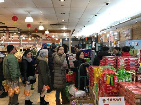 华人抢购囤货应对暴风雪,法拉盛中国城超市大排长龙。 (林丹/大纪元)