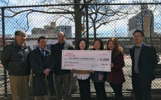 皇冠清潔公司(Crown Containers)向法拉盛社區捐贈6千美元作為基金,加強布蘭德公園的清潔衛生。 (林丹/大紀元)