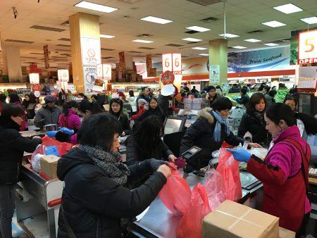 华人抢购囤货应对暴风雪,法拉盛中国超市大排长龙。 (林丹/大纪元)