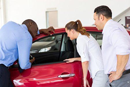 准备买车的人会关注各种广告信息,很多时候,车行的促销广告价格确实好到难以置信。但是当你走进车行却发现,好价钱只适合那么几款车,选择余地非常有限。(Fotolia)