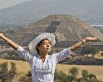 春分之后,人体阳气进一步升发,开始抑制阴气。图为2013年3月21日,一名女子在墨西哥的特奥蒂瓦坎考古遗址,从太阳金字塔顶部接收阳气。(Ronaldo Schemidt/AFP/Getty Images)
