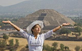 春分之後,人體陽氣進一步升發,開始抑制陰氣。圖為2013年3月21日,一名女子在墨西哥的特奧蒂瓦坎考古遺址,從太陽金字塔頂部接收陽氣。(Ronaldo Schemidt/AFP/Getty Images)