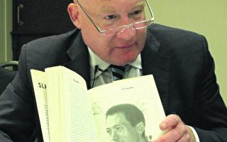 2016年8月16日,葛特曼在新西兰惠灵顿向大纪元记者展示他的著作《大屠杀》。(视频截图/大纪元)
