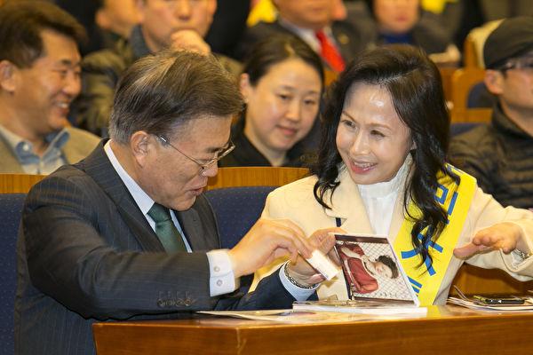 圖為下屆總統有力候選人、前民主黨代表文再寅(左)和多文化歌手hella。(全景林/大紀元)